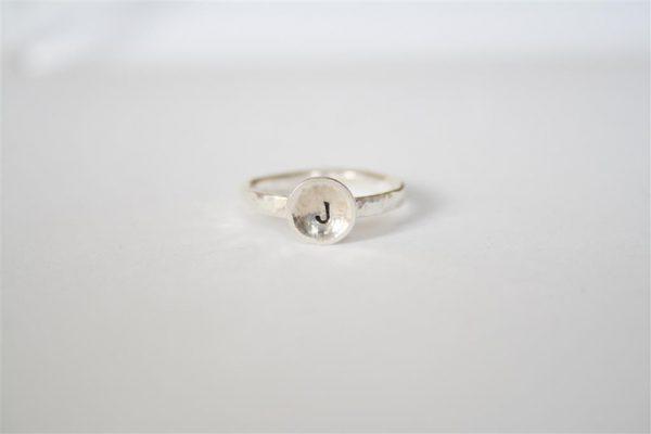 zilveren ring met initiaal